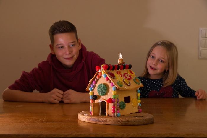 Zwei Kinder und ein Lebkuchenhaus