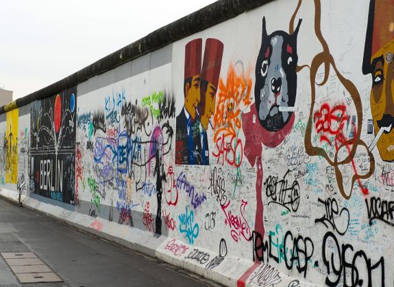 Mit Graffiti besprühter Teil der ehemaligen Mauer